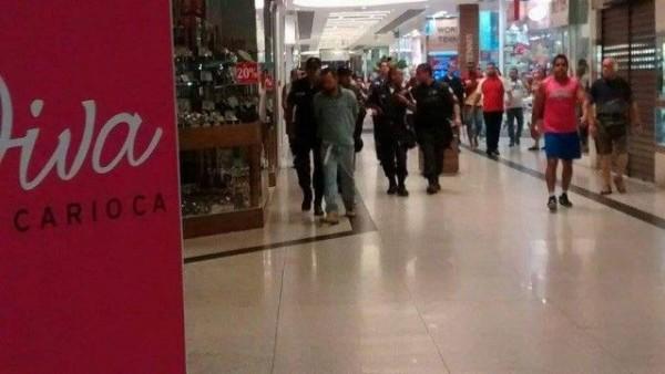 Bandido é conduzido por policiais - Foto: Reprodução Facebook