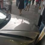 Honda Civic se choca com loja após colidir com ônibus