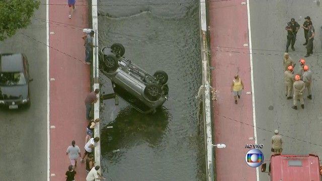 Carro caiu no canal da Avenida Oliveira Belo - Foto: Reprodução TV