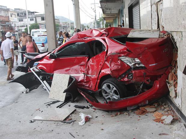 Após colidir com van e moto, carro acabou lançado contra parede
