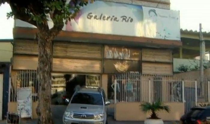 Loja de roupas em galeria é assaltada