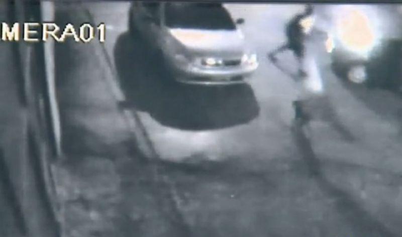 Criminosos abandonam carro com dois corpos
