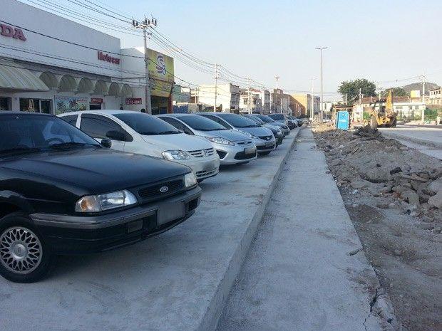Pista do BRT em Vicente de Carvalho é usada como estacionamento