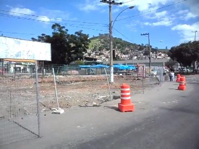 Ocupação irregular de calçada na altura do metrô de Vicente de Carvalho
